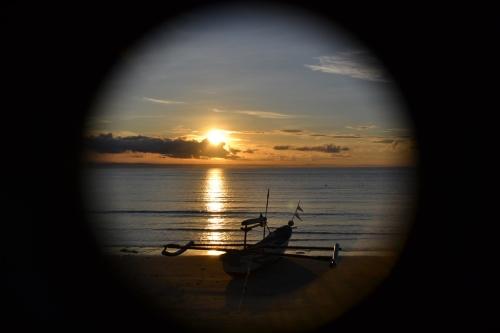 Saat Terbit Matahari di Pantai Ujunggenteng